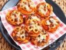 Рецепта Мини пици с маслини, шунка и топено сирене